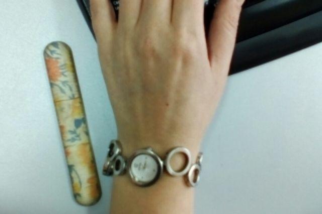 Девушка не могла самостоятельно расстегнуть часы даже при помощи пилочки для ногтей.