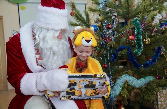 Дети ждут новогодних подарков