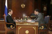 Медведев обсудил с Алихановым упрощение налогового и визового режимов.
