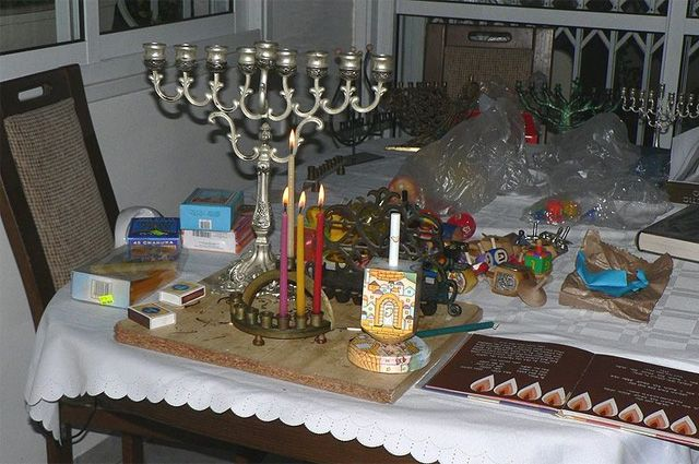 Иудеи всего мира начинают зажигать свечи, отмечая праздник Ханука