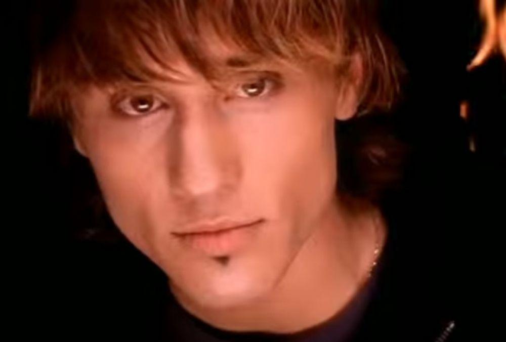 В 2003 году Билан выпустил свой дебютный альбом, который получил название «Я ночной хулиган».