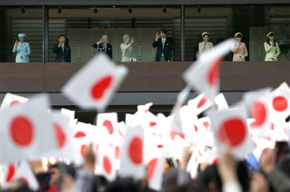 Император вместе с членами своей семьи по традиции поприветствовал подданных с балкона дворца.