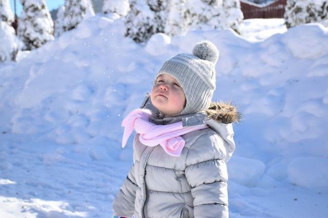 Чтобы прогулки не были слишком короткими, ребёнка нужно правильно одеть.