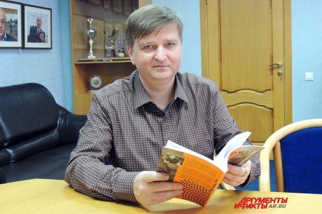 Иван Карасёв с учебником языка арахау.