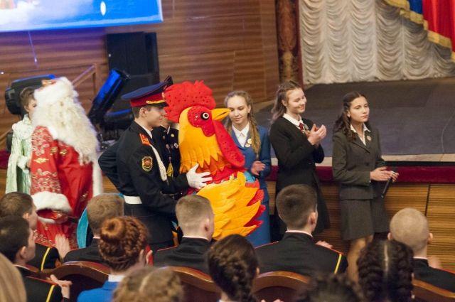 Ребята подарили губернатору символ наступающего 2017 года - Огненного петуха.