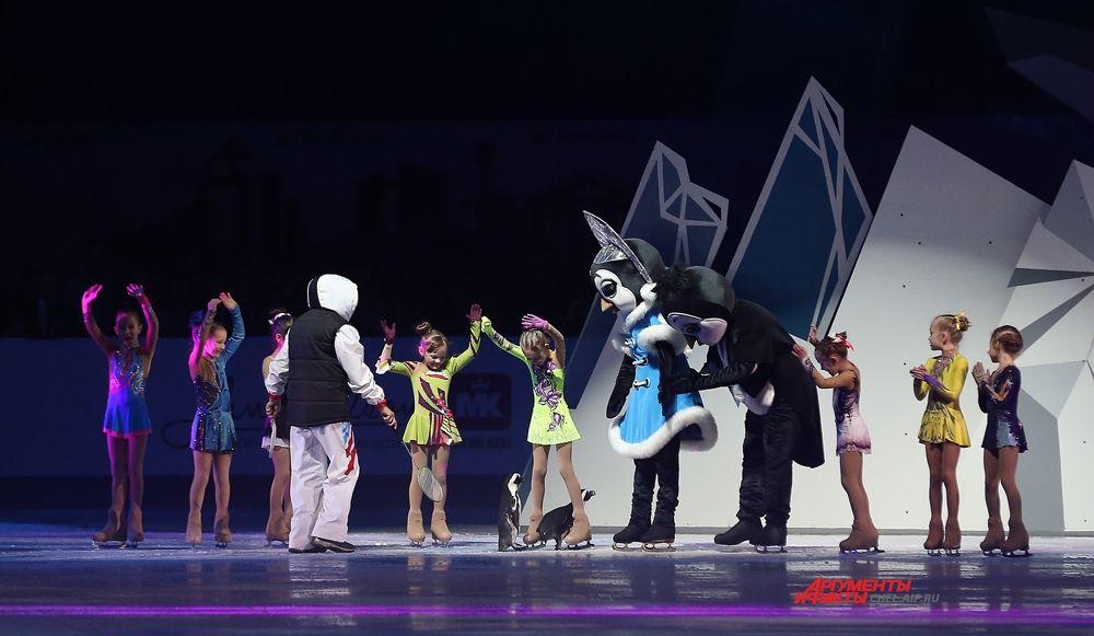 Ростовые пингвины Аксель и Искорка танцевали с детьми.