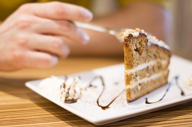 За праздничным столом хочется попробовать всё и сразу, это часто приводит к перееданию.