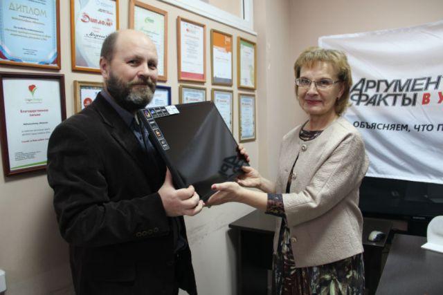 Анна Анатольевна сама приехала за призом в редакцию, так как ей ещё захотелось посмотреть, кто и как делает её любимую газету.