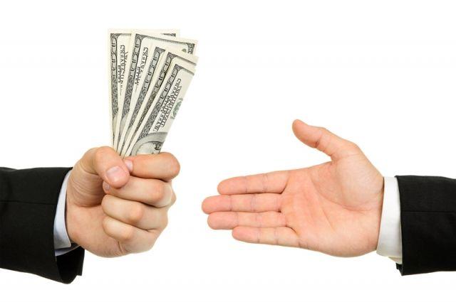 ВПетербурге пенсионер пытался дать приставу взятку в10 тыс. руб.