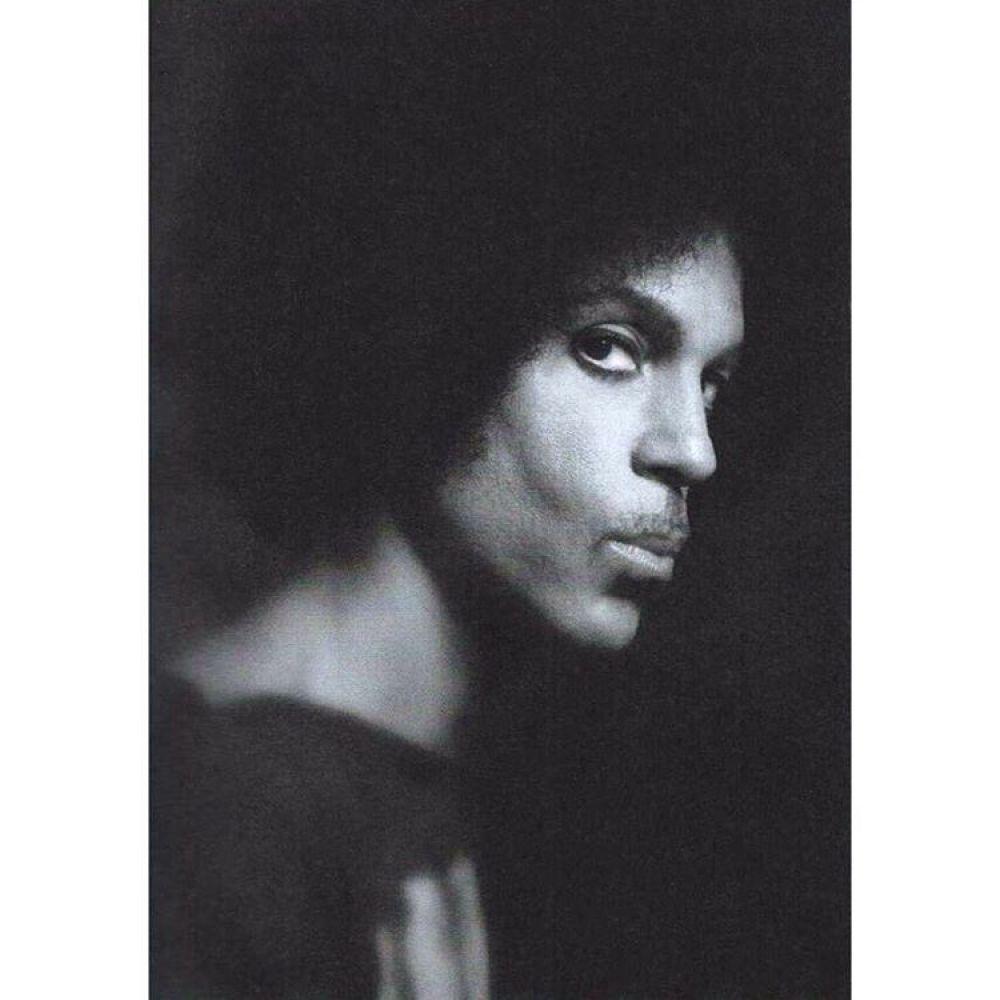 40-летняя карьера и более 100 миллионов проданных копий альбомов во всем мире. Мегазвезда поп-жанра Принс ввел себе смертельную инъекцию обезболивающего, от чего и скончался. Произошло это 21 апреля 2016 года. Наверное, это был второй по популярности, после Майкла Джексона, музыкальный исполнитель этого жанра