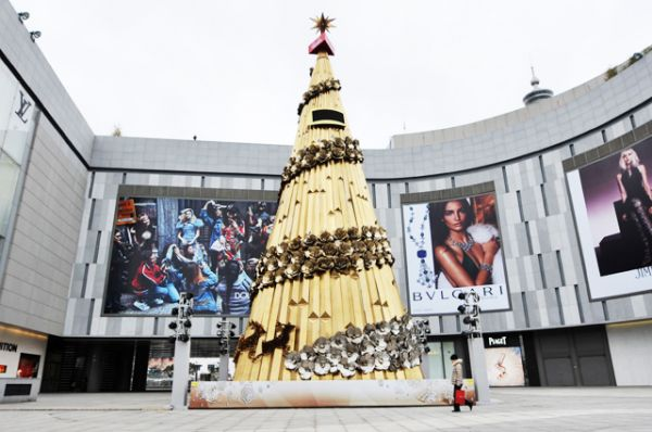 27-метровая новогодняя елка стоимостью более одного миллиона юаней установлена в китайском Циндао. Она сделана из сотен стальных кастрюль и крышек, а олени — из ложек.