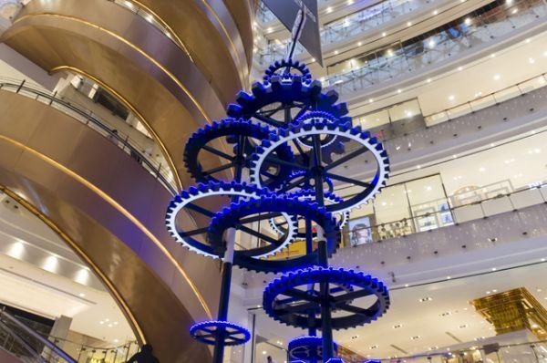 Новогодняя елка из шестеренок в Шанхае.