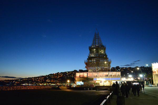 Железную конструкцию в форме рождественской елки можно увидеть на набережной Неаполя.