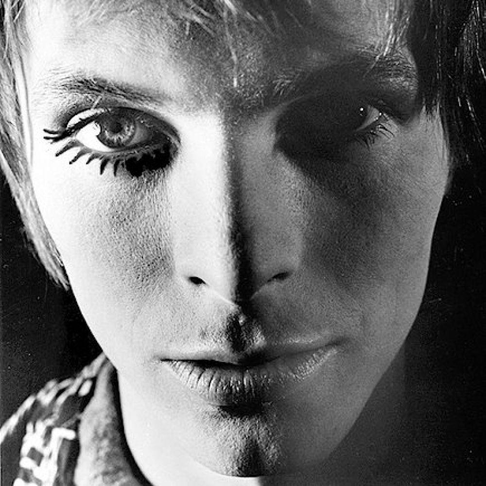 Икона зарубежной музыкальной индустрии Дэвид Боуи. Артист считался культовым рок-музыкантом, на которого равнялись многие исполнители этого жанра. Дэвид скончался 10 января 2016 года. Известно, что он болел раком и перенес шесть инфарктов