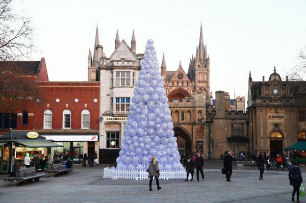 Еще одна весьма дорогая ель украшает английский город Питерборо. 30-метровое дерево сделано из больших шаров и стоит 40 000 фунтов.