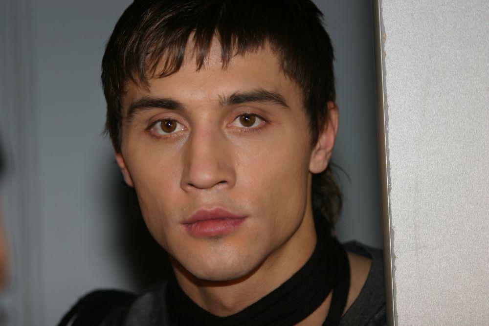 Витя Белан родился 24 декабря 1981 года в городе Усть-Джегута (Карачаево-Черкесия). Виктор закончил музыкальную школу по классу аккордеона. В 18 лет он отправился покорять Москву и поступил в Государственное музыкальное училище имени Гнесиных, а затем в ГИТИС.