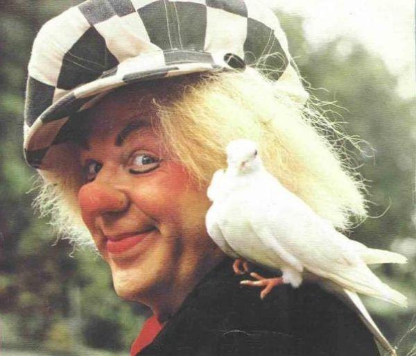 Известный клоун Олег Попов был в возрасте 86 лет, когда ему стало плохо во время гастролей. 2 ноября 2016 года, известный всем, старый весельчак скончался. Старость не мешала ему приносить улыбки людям