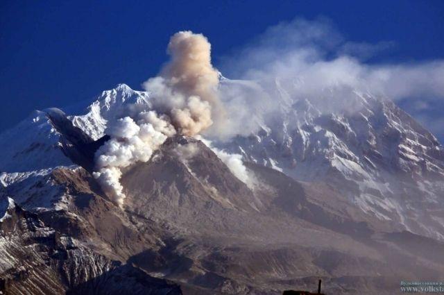 Вулкан Шивелуч наКамчатке выбросил столб пепла навысоту 7 километров