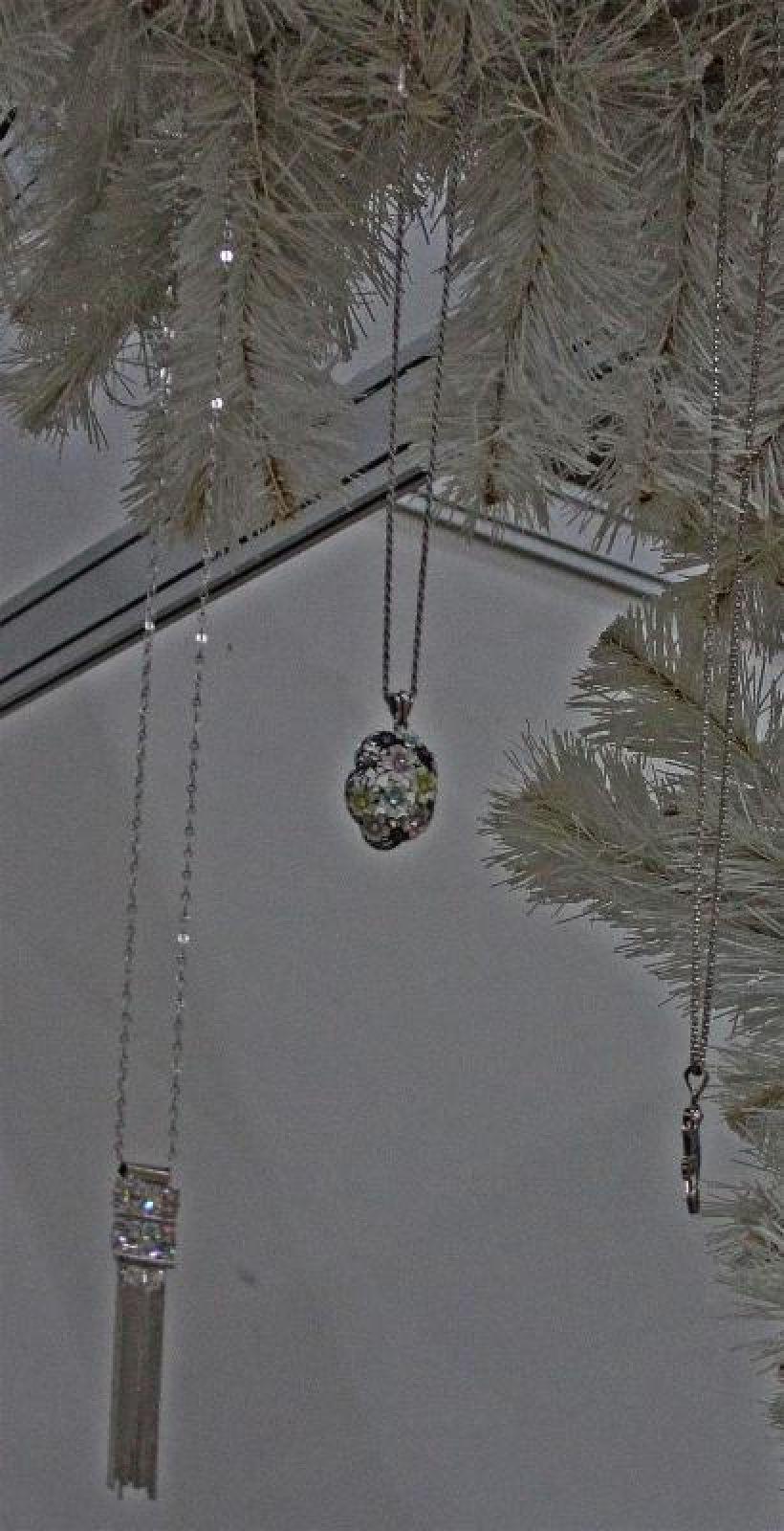 Новогоднюю ёлку нарядили эксклюзивными ювелирными изделиями.