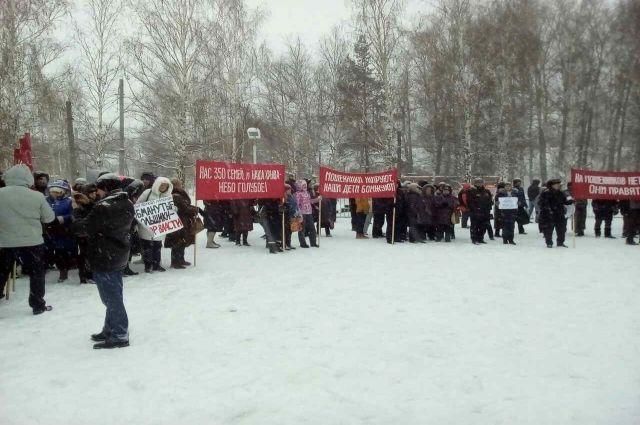 На митинг многие пришли с детьми.
