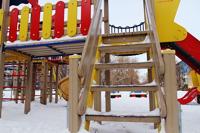 На занесенной снегом детской площадке лежал мертвый мужчина