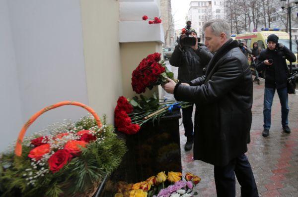 Руководитель департамента культуры Москвы Александр Кибовский возлагает цветы.
