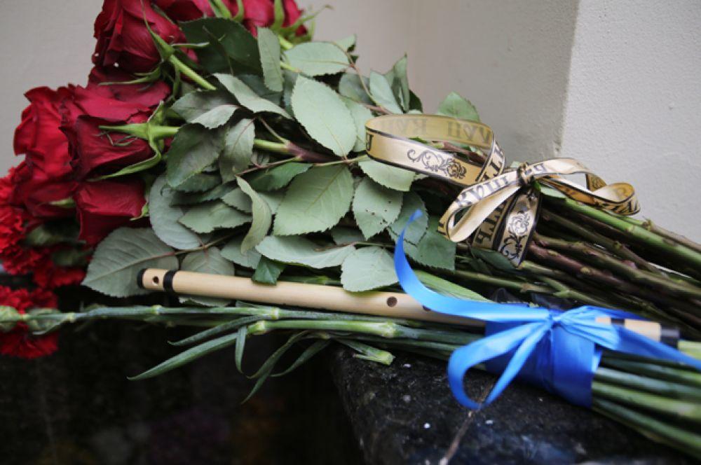 Цветы у здания Академического ансамбля песни и пляски Российской армии имени А.В. Александрова в Москве.
