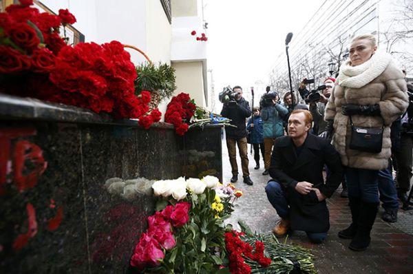 Люди возлагают цветы к зданию Академического ансамбля песни и пляски Российской армии имени Александрова в Москве.