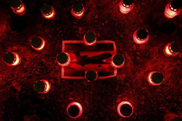 Цветы и свечи в память о погибших у здания Академического ансамбля песни и пляски Российской армии имени Александрова в Москве.