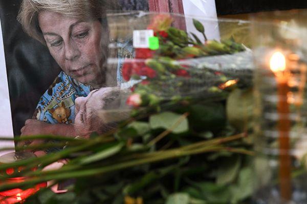 Цветы у офиса международной общественной организации «Справедливая помощь» в память об Елизавете Глинке (Доктор Лиза), погибшей в авиакатастрофе Ту-154.