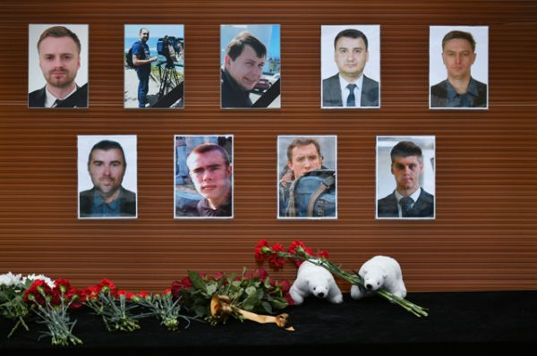Цветы, возложенные утелевизионного центра «Останкино» кфотографиям журналистов.