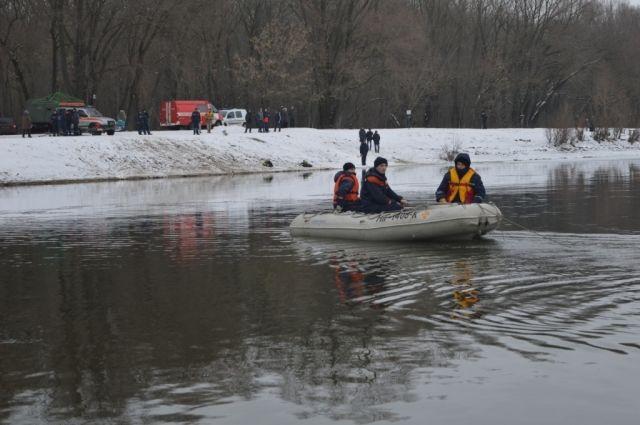 ВЧернигове на р. Десна под лед провалился автомобиль, поиски продлятся завтра