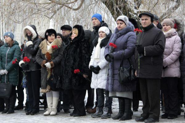 Участники траурного митинга в Донецке по погибшим пассажирам самолета Минобороны РФ Ту-154.
