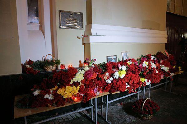 Цветы у здания Академического ансамбля песни и пляски Российской армии имени Александрова в Москве.