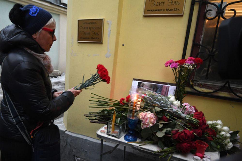 Женщина возлагает цветы уофиса международной общественной организации «Справедливая помощь» впамять обЕлизавете Глинке (Доктор Лиза).