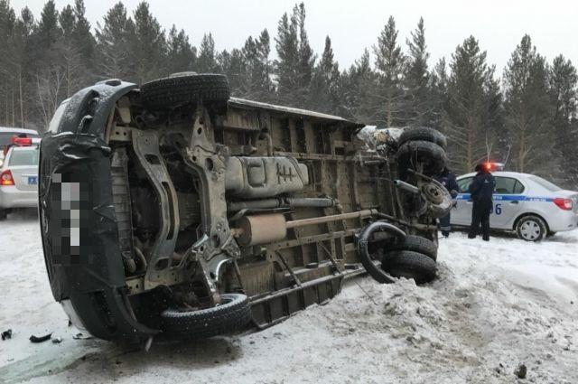 Три человека погибли вНовосибирской области при столкновении легкового автомобиля сгрузовым