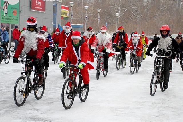 По улицам города колесили Деды Морозы