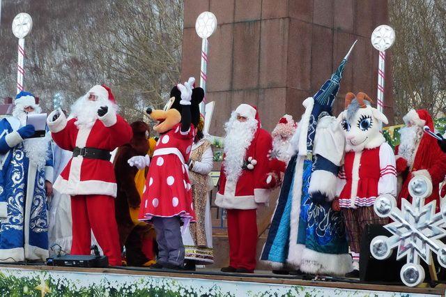 Деды Морозы из разных стран мира собрались на главной площади Петропавловска.