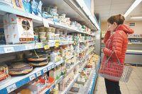 Жители города начинают закупать продукты к праздникам.
