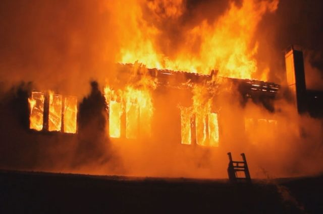 Деревянный дом выгорел полностью.