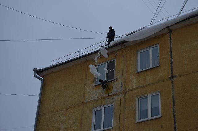 В теплую погоду опасно ходить под крышами.