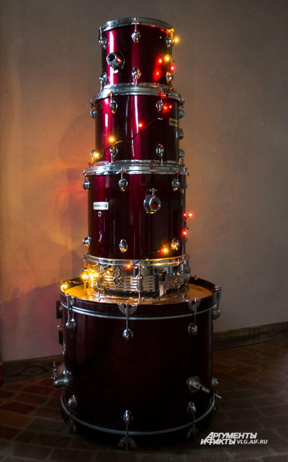 Музыкальная «Ёлка-не-ёлка» от Дарьи Романенко.  «Однажды в преддверии нового год я взглянула на свой инструмент в собранном состоянии, и он напомнил мне елку. Так и оставила её, украсив гирляндами», - рассказывает Дарья.