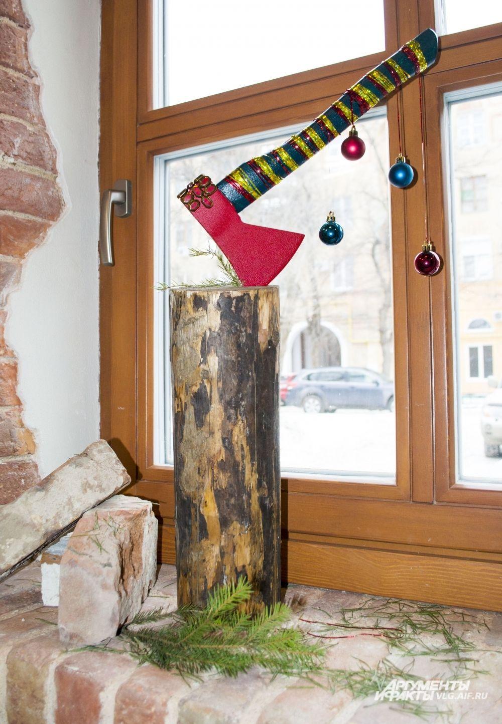 Елка «Гекатомба Праздника» команды «Без света». Авторы надеются, что созданная ими композиция заставит  по-новому взглянуть на традиции новогодних праздников и Рождества.