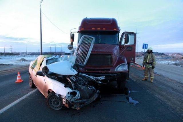 Иностранная машина протаранила фургон натрассе вНовосибисркой области. Погибли трое