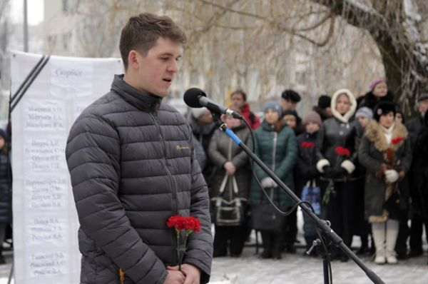 Корреспондент телекомпании НТВ Виктор Левин во время траурного митинга в Донецке.