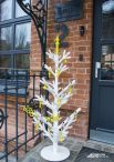 Такое необычно «дерево» встречает гостей выставки «Ёлка-не-ёлка».