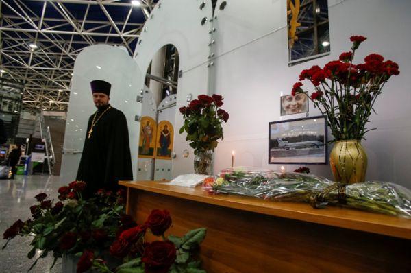 Цветы и свечи в Международном аэропорту Сочи.