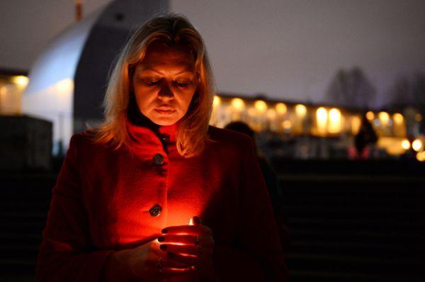 Девушка во время акции памяти в Сочи.