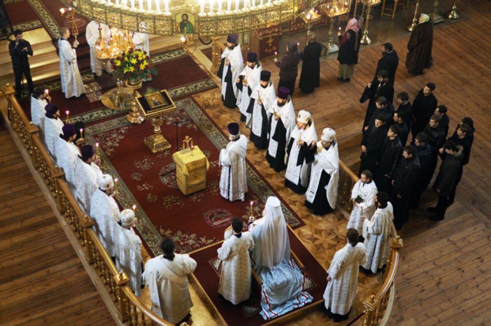 Священнослужители в Свято-Екатерининском Кафедральном соборе города Краснодара во время панихиды.