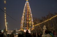 Дед Мороз вместе со зрителями прокричали «ёлочка, гори!», и главная городская ёлка зажглась.